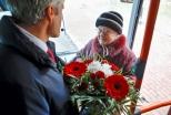 Электробус на улицах города и первый пассажир